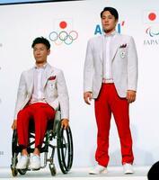 東京五輪・パラリンピックの開会式用の公式服装に身を包み登場した競泳の瀬戸大也選手(右)とパラ・アーチェリーの上山友裕選手=23日午前、東京都内のホテル