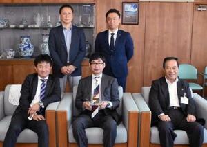 塚部芳和市長(前列右)に入選を報告した伊万里有田法人会青年部のメンバー=伊万里市役所