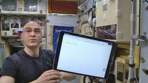 国際宇宙ステーションでロシア改憲案の是非を問う全国投票にオンライン参加し、投票後のタブレットを見せるアナトリー・イワニシン宇宙飛行士(ユーチューブから・共同)