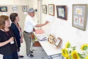佐賀銀行鳥栖支店で開かれている葦ペン絵画作品展=鳥栖市本通町