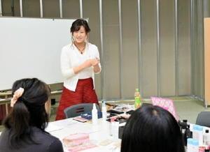講師でメーキャップアーティストの中林希美子さん=佐賀市のモラージュ佐賀