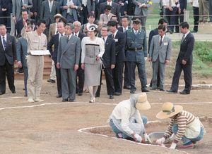 発掘調査現場に足を運ばれた両陛下と、案内役を務めた七田忠昭さん(左側)=1992年5月13日=吉野ケ里遺跡