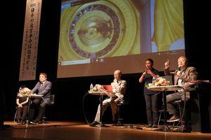 佐賀藩の「技」について語り合うパネリスト等。左から井沢元彦さん、鈴木一義さん、川副義敦さん=県立美術館ホール