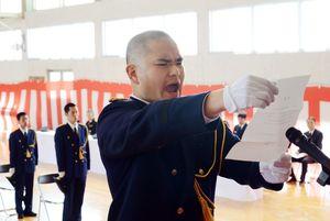 入校式で力強く宣誓する田中良明さん=佐賀市兵庫町の県消防学校
