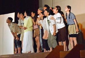 第2次世界大戦中の強制収容所を舞台にした劇を演じる佐賀東高演劇部の部員たち=佐賀市の城東中