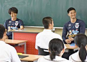 龍谷高を訪問し、笑顔を見せる金崎夢生選手(左)と高丘陽平選手=佐賀市の同校