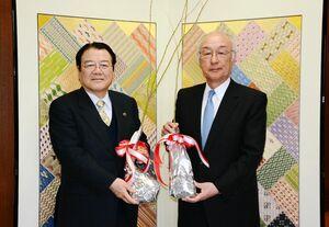 樋口久俊市長(左)に苗木を贈る佐賀トヨペットの内田健社長=鹿島市役所