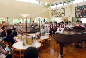伊万里市民図書館の開館記念日を祝う「図書館☆(ほし)まつり」で普段は静かな図書館もコンサート会場に早変わりした=伊万里市の同館