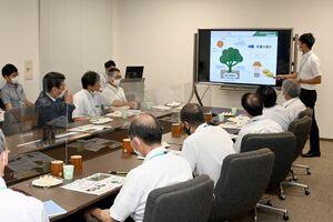 ナシの収量増加に向けた取り組みを報告する果樹試験場の技師(奥右)=佐賀県庁