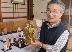 丸みを帯びた独特の母子像を制作した倉富博美さん=多久市多久町の「人形の家 聖心房」
