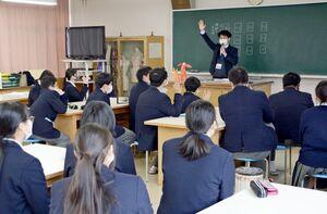 認知症について知識を学び、理解を深めた生徒たち=太良町の太良高校