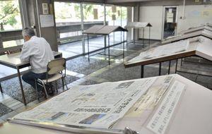 施設改修に伴い姿を消す年中無休の新聞閲覧室=佐賀市の県立図書館