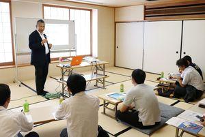 空き家問題について講演する井上幸一さん(左)=佐賀市のアバンセ
