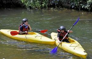 カヌーで川登りを楽しむ子どもたち=佐賀市大和町