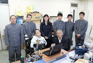 マウスを製作した佐賀工高の生徒と谷岡稔真さん(前列左)。前列右は山田成仙教諭=佐賀市の佐賀大