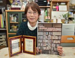「孫に寝物語で聞かせた話を童話として完成させたい」と今後の目標を語る松尾さん=鳥栖市の自宅