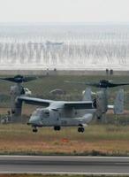 試験飛行し、佐賀空港の滑走路上空で向きを変える在沖縄米軍のオスプレイ。奥はノリ養殖の網を張った支柱が林立している有明海=2016年11月8日、佐賀市川副町
