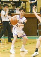 バスケットボール男子準々決勝・龍谷-佐賀北 パスを回す龍谷の鶴丸莉久=佐賀市の龍谷高校体育館