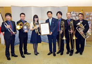 全日本アンサンブルコンテストでの金賞受賞を山口祥義知事に報告したブレイズ・シンフォニック・ブラスのメンバー=県庁