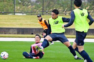 試合形式の練習でゴールを決め、アピールしたFW林大地(中央)=沖縄県の読谷村陸上競技場