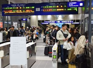 九州新幹線が地震で運転を見合わせたため、在来線に乗り換えようと改札口に並んだ乗客=3日午後7時20分ごろ、JR新鳥栖駅