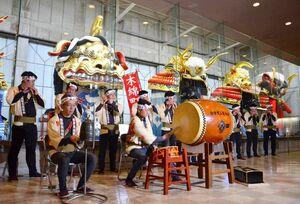 囃子を披露する唐津曳山囃子保存会のメンバー=唐津市西城内の唐津曳山展示場