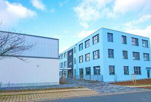 有田通りに建つ「アリタ小学校」の校舎(右)と体育館=ドイツ・マイセン市(西松浦郡有田町提供)