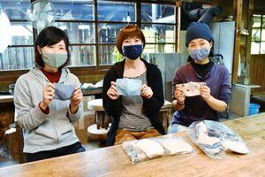 布マスクを介護施設などに贈るボランティアを募っている吉野敬子さん(右)=伊万里市南波多町