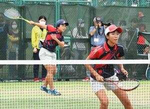 ソフトテニス女子団体決勝・佐賀清和-嬉野 粘り強いプレーで第1ダブルスを制し、優勝に貢献した上野未夢(左)、久保田茉空組=佐賀市のSAGAサンライズパーク庭球場