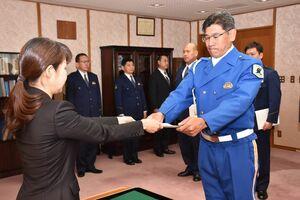 杉内由美子本部長(左)から指名書を受け取る千早昭平警部補=佐賀市の県警本部