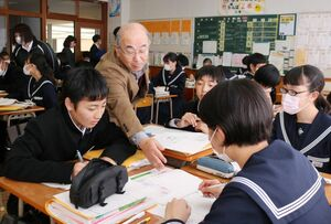 8班に分かれ根拠と理由付けを話し合う生徒たち=神埼市の神埼中