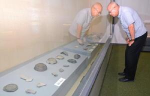 「養」などの墨書が施された須恵器やその破片=嬉野市歴史民俗資料館