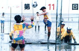 市名論争で話題となった佐賀と茨城がガタリンピックでPK合戦。民間レベルの交流は深まった=平成7年4月30日、鹿島市海浜スポーツ公園