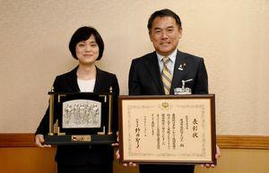 総務大臣表彰を受賞した唐津市民病院きたはたの大野毎子病院長と峰達郎市長=唐津市役所