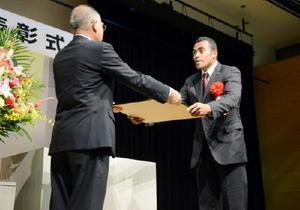 秀島市長から特別賞の賞状を受け取る副島選手=佐賀市白山のエスプラッツ