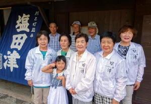 重要伝統的建造物群保存地区に選定されている塩田津でおもてなしをするガイドのみなさん