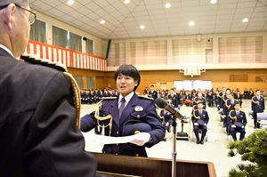 卒業証書を受け取る中村幸音さん=佐賀市の県警察学校