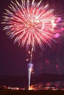 【動画】サプライズの花火打ち上げ お盆の夜空彩る 江北町…