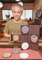 武雄など県内外3市のマンホールふたを題材に、有田焼のコレクションを製作した宝寿窯の山本文雅社長=武雄市山内町