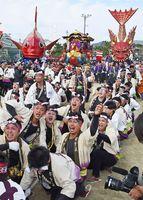 曳き込みで気合が入る8番曳山「金獅子」の男衆=唐津市の旧大成小グラウンド