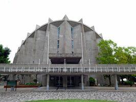 近代建築の名作に数えられる市村記念体育館=佐賀市