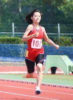 陸上女子100メートル決勝 15秒10で優勝した佐賀商の松永優那(中央)=SAGAサンライズパーク第2競技場
