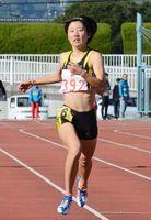 女子400メートル 予選で秒の大会新をマークし、決勝レースも制した大川なずな(清和)=佐賀市の県総合運動場陸上競技場