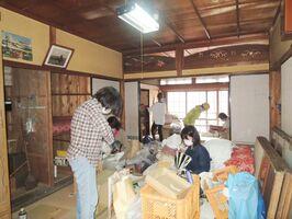 古民家の生活用品をまとめていく参加者たち=唐津市呼子町(提供)
