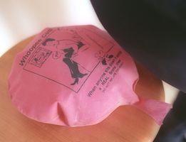 学校で試そうとする子どもが続出したブーブークッション。今でも百円均一ショップで手に入る(フィルムで撮影)