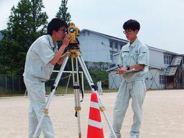 測量を行う土木研究部