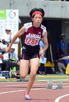 陸上女子400㍍予選4組 自己ベストの56秒98をマークした鹿島の今村莉花=岡山市のシティライトスタジアム