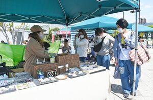 アクセサリーなどを眺め買い物を楽しむ来場者=吉野ケ里歴史公園北口エリア