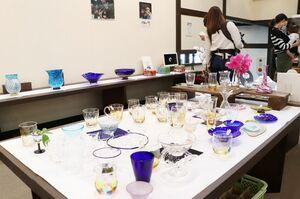 約300点が並ぶ「肥前びーどろ」の展覧会=佐賀市本庄町の高伝寺前村岡屋ギャラリー
