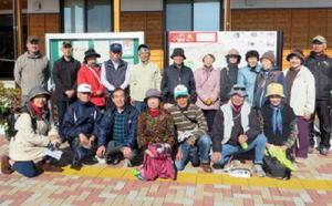 新栄校区内にある史跡を巡った参加者たち=佐賀市の新栄公民館